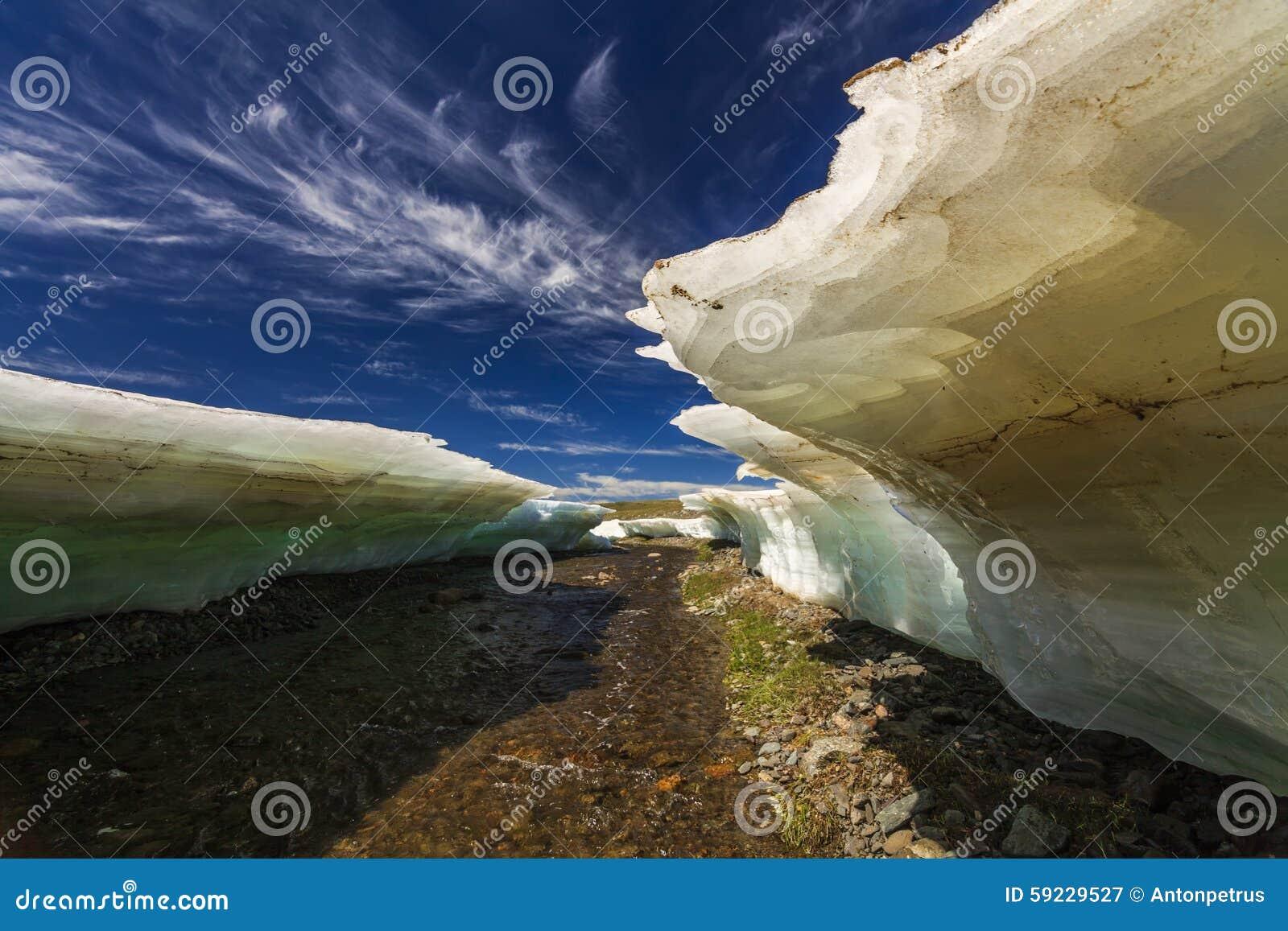 Pedazos grandes de hielo de fusión en una playa