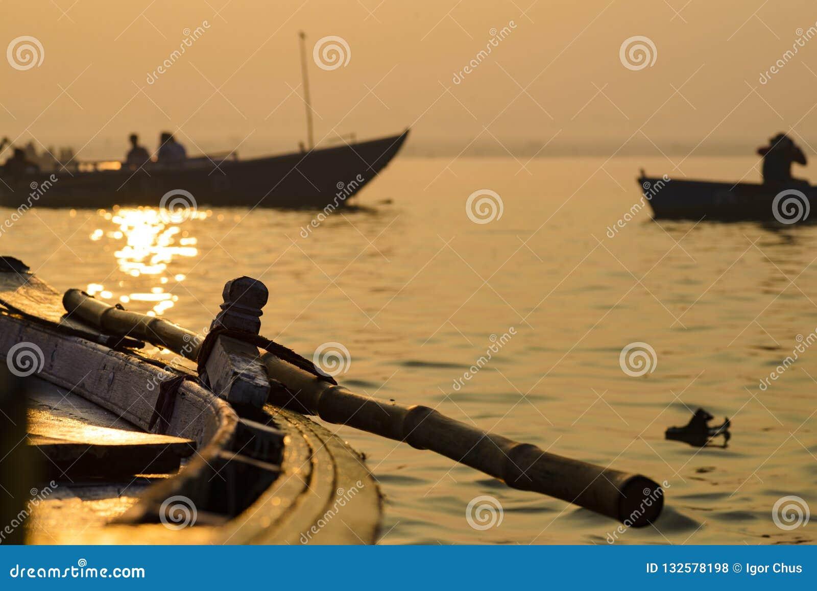 Peddel aan de boot op de troep van Varanasi 2016
