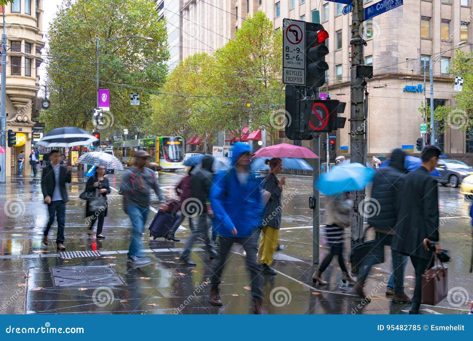 Pedestrians na światłach ruchu na skrzyżowaniu Collins i Eli