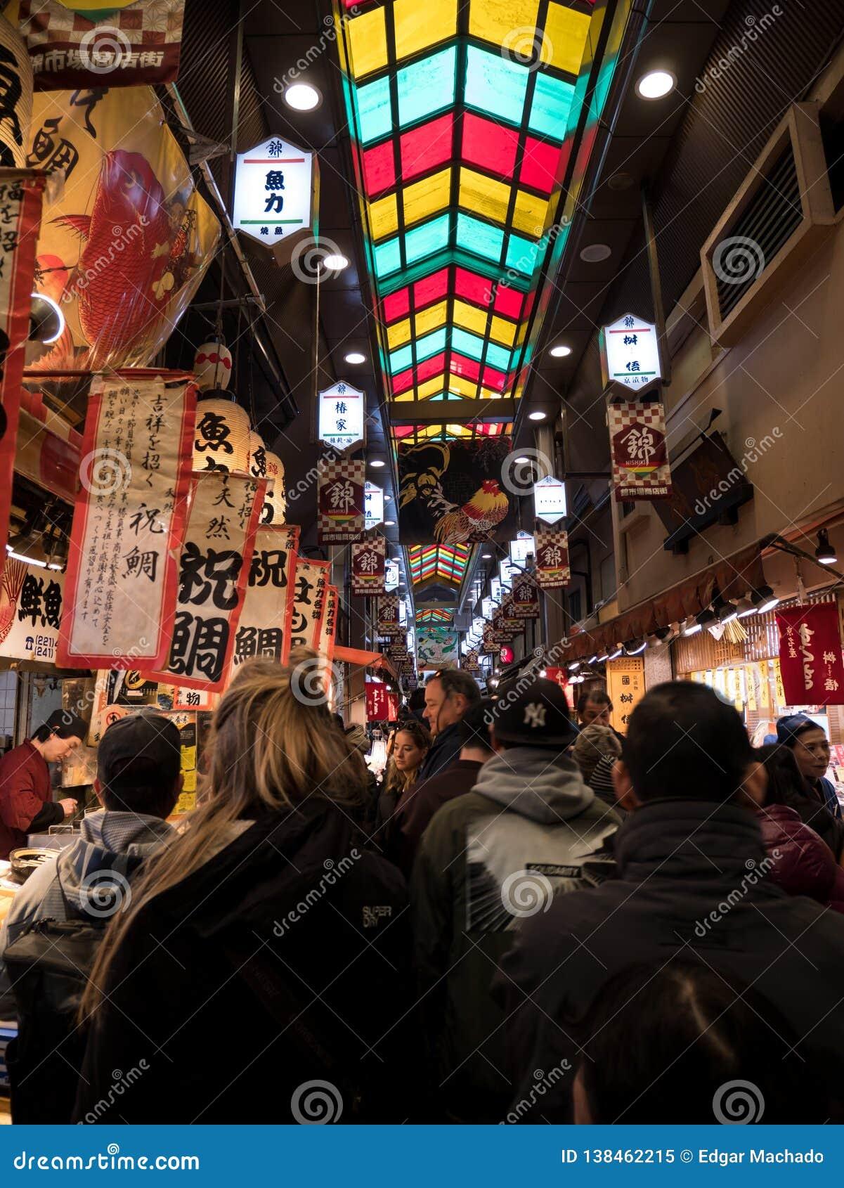 Pedestrians przy Kyoto jedzenia rynkiem