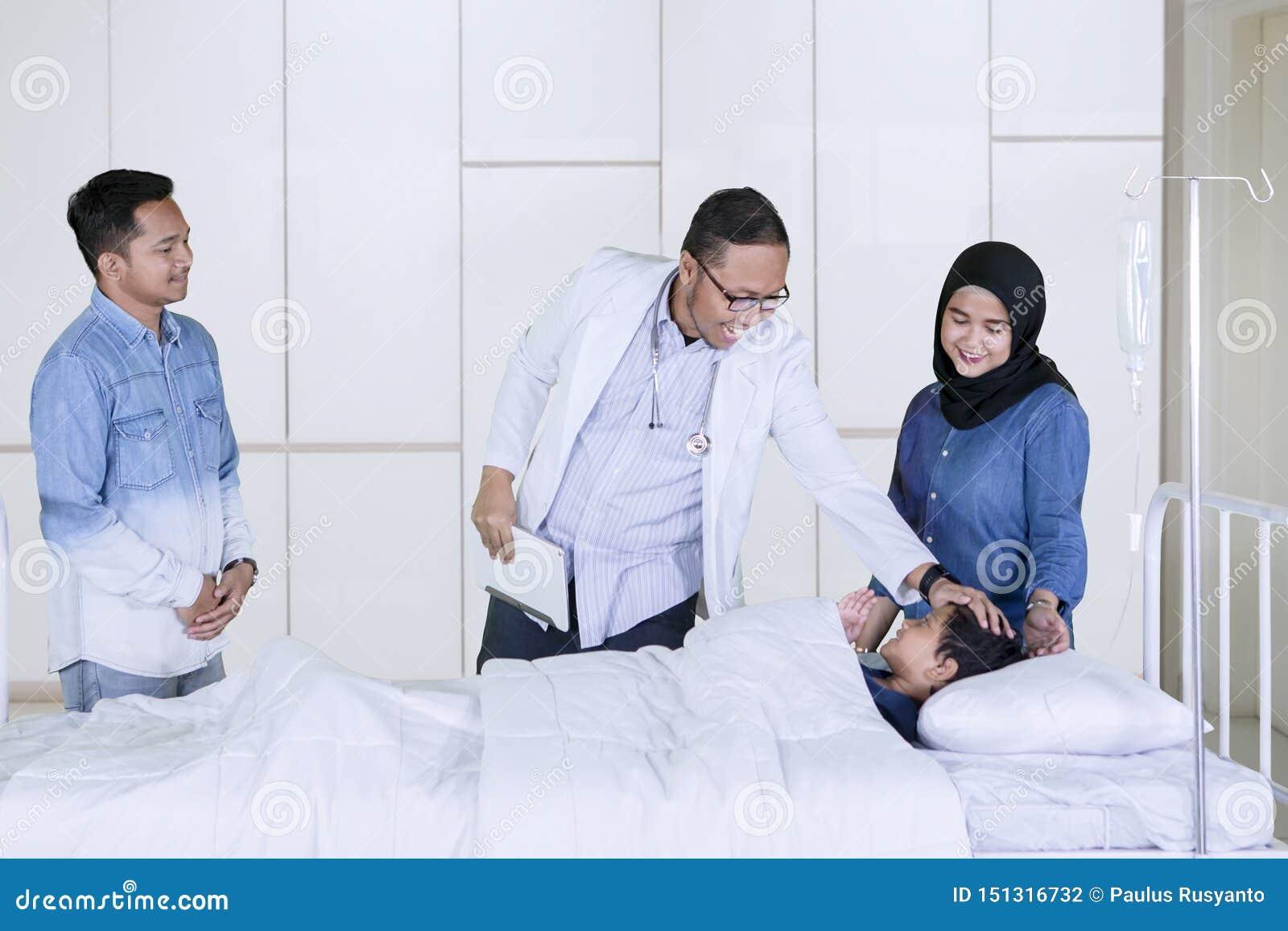 Pediatra che controlla il suo paziente nell ospedale