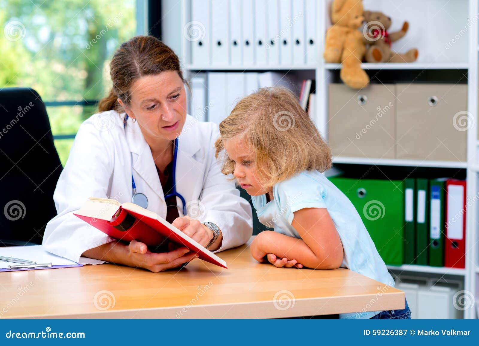 Download Pediatra En La Capa Blanca Del Laboratorio Y El Pequeño Paciente Imagen de archivo - Imagen de poco, enfermedad: 59226387