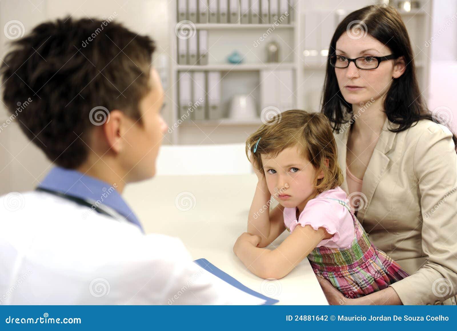Pediatra que habla para servir de madre y para trastornar al niño
