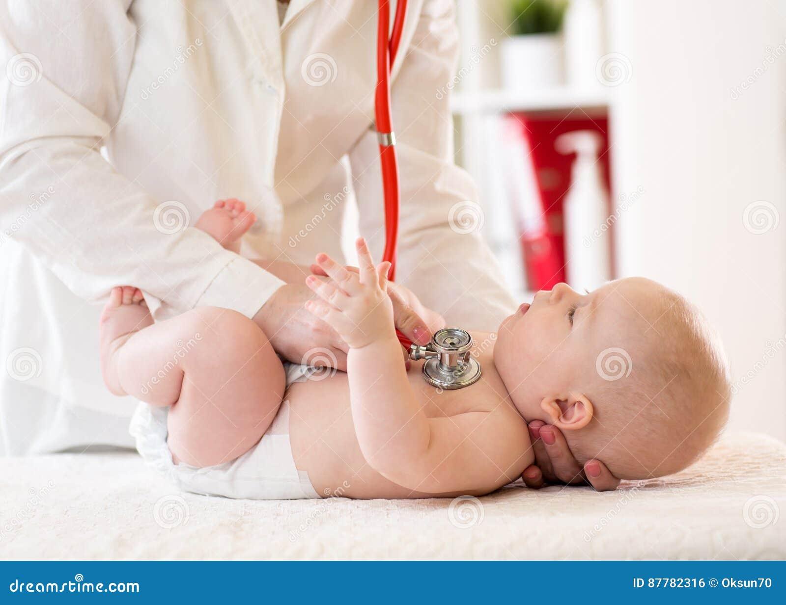 Pediatriskt undersöker fem månader behandla som ett barn pojken Manipulera genom att använda stetoskopet för att lyssna till barn
