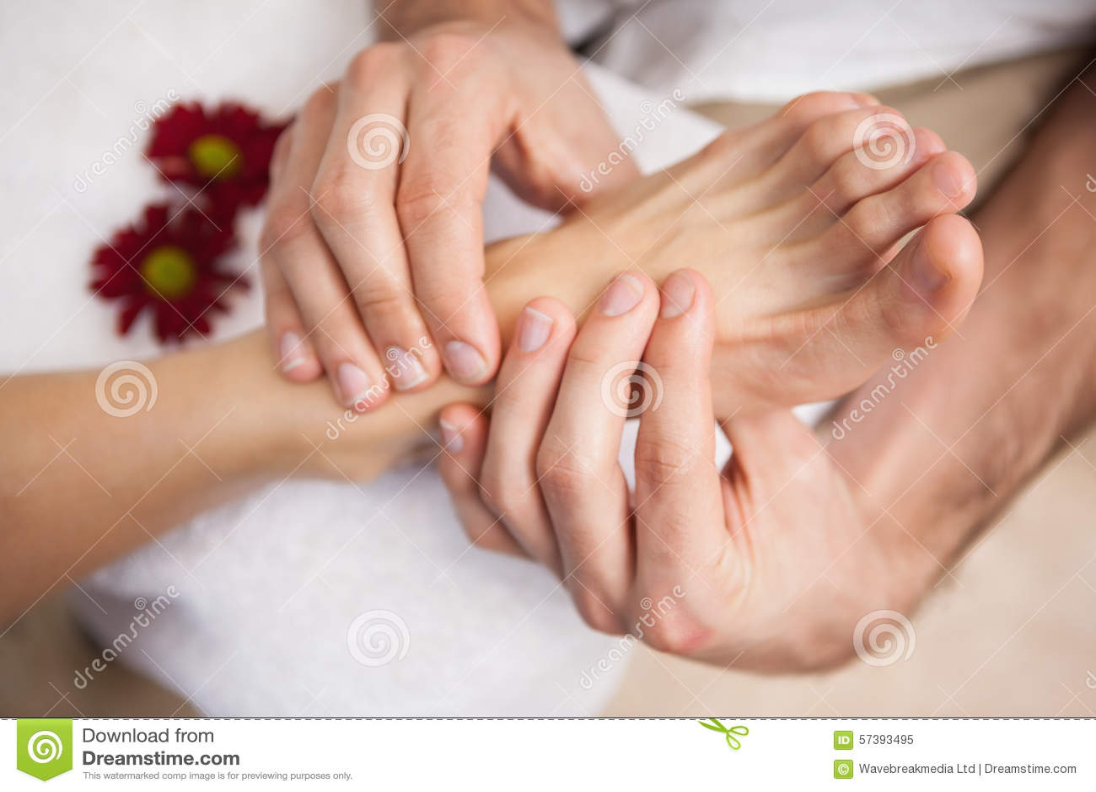Pedicure die een klantenvoet masseren