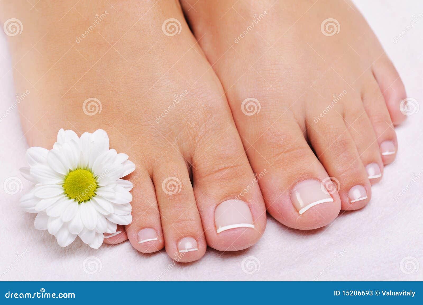 Pedicure francés en pies femeninos