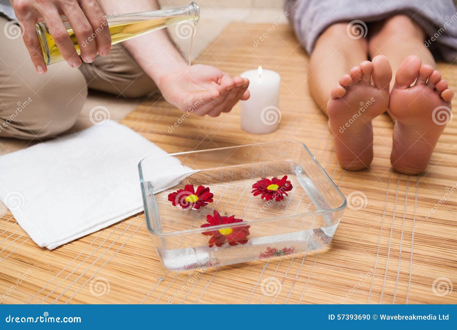 Pedicure gietende olie in handen
