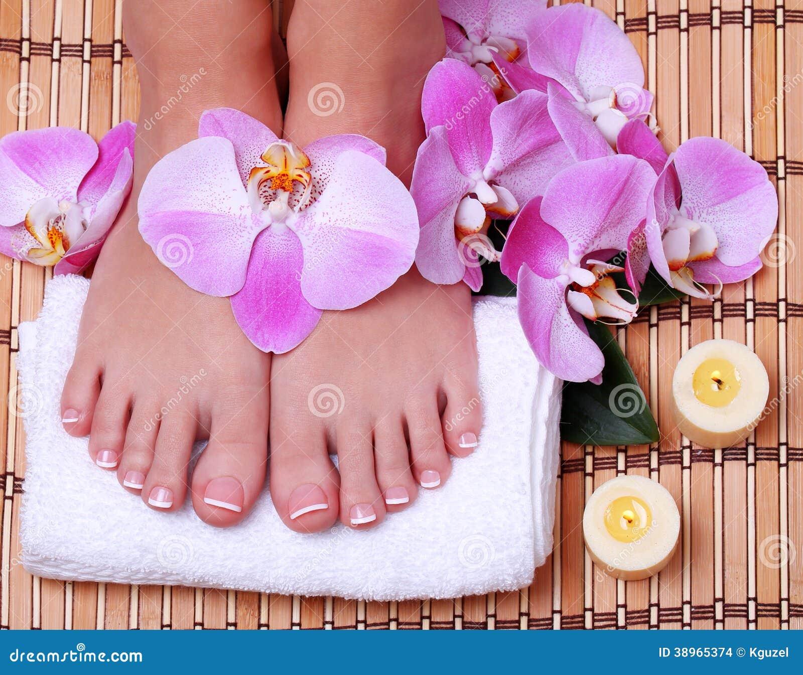 Pedicure. Mooie voeten met Franse manicure