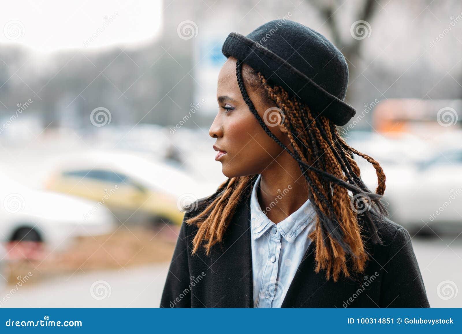 Pedone di modo Giovane ragazza dell afroamericano