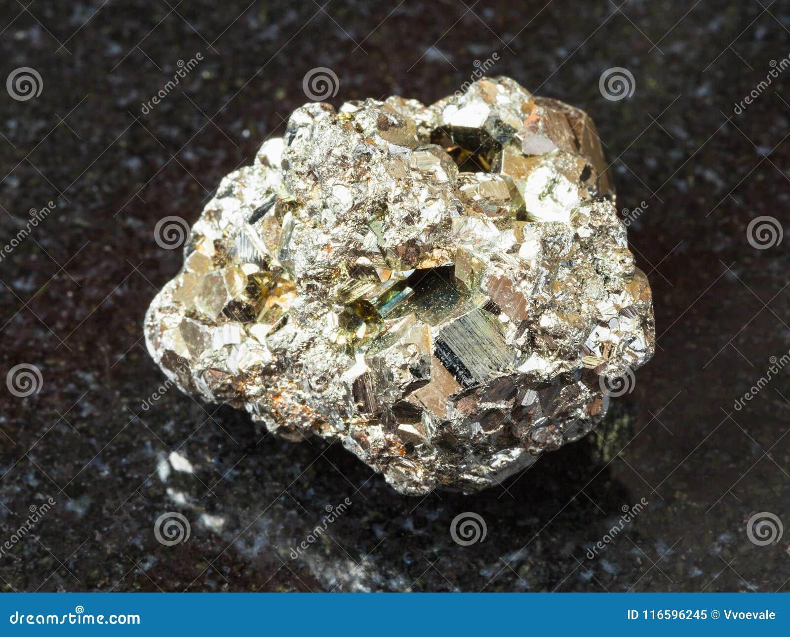 Pedra áspera da pirite de ferro no preto