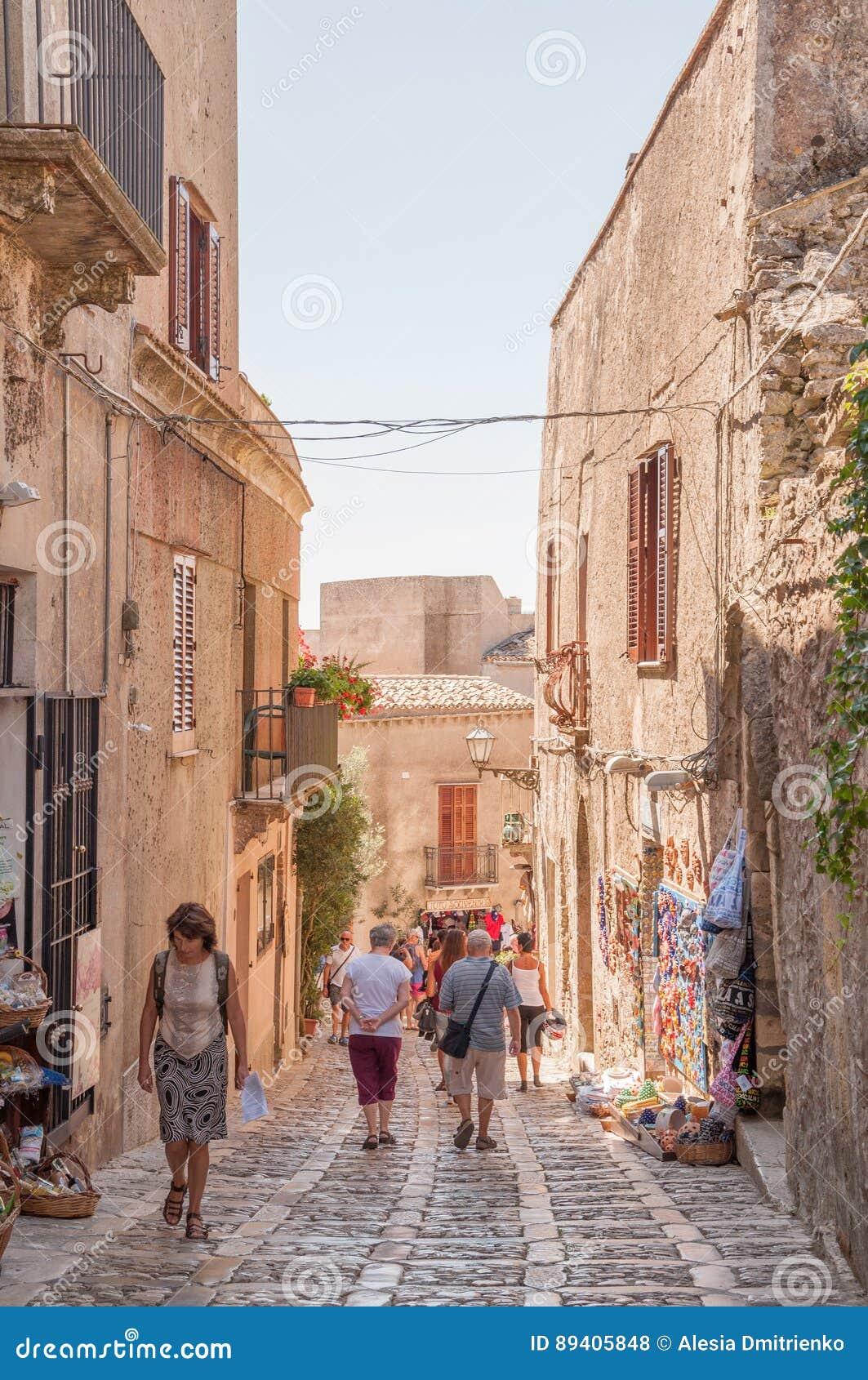 A pedra cênico pavimentou a rua de Erice, província de Trapani em Sicília