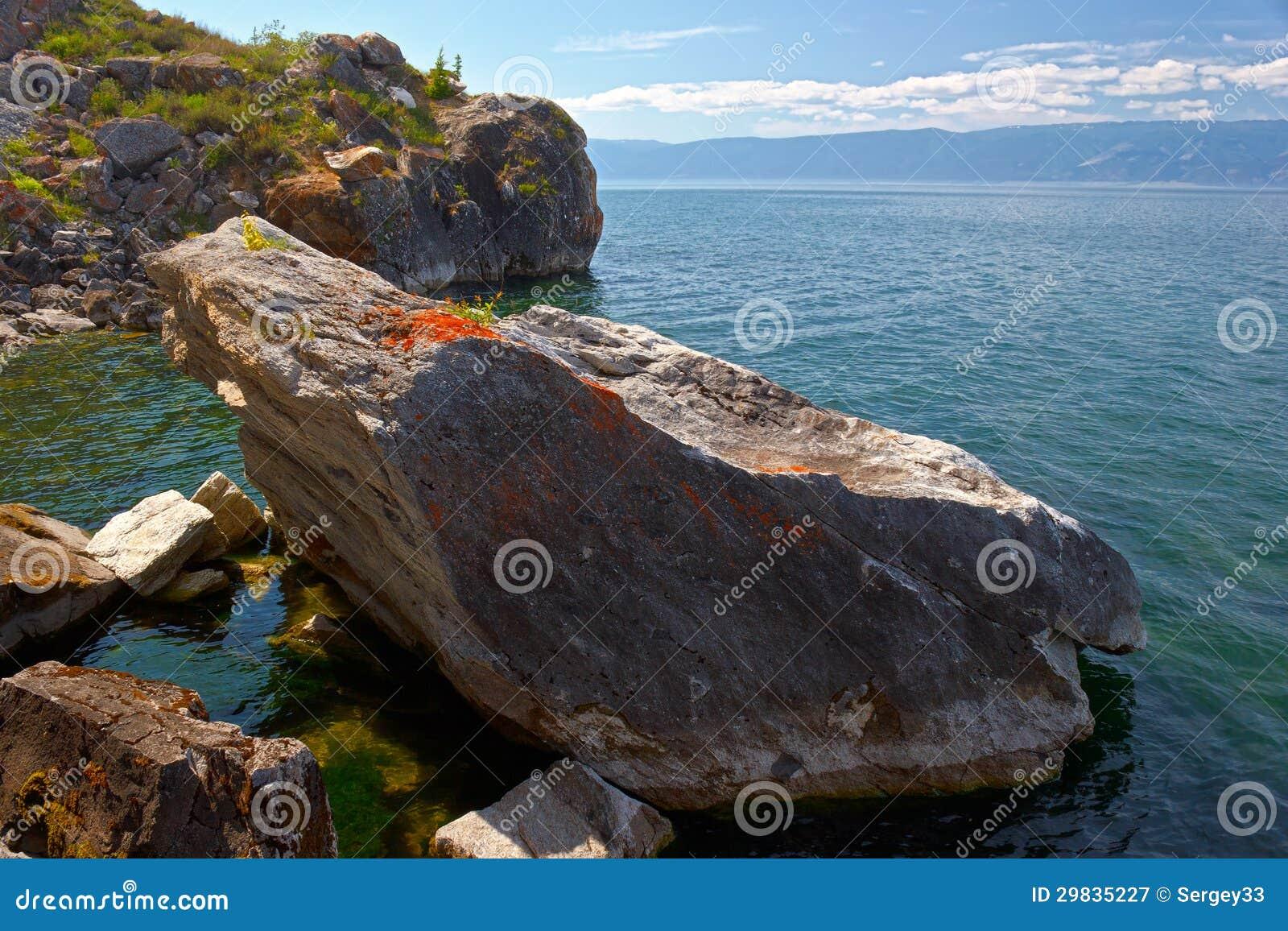 Pedras no banco do Lago Baikal