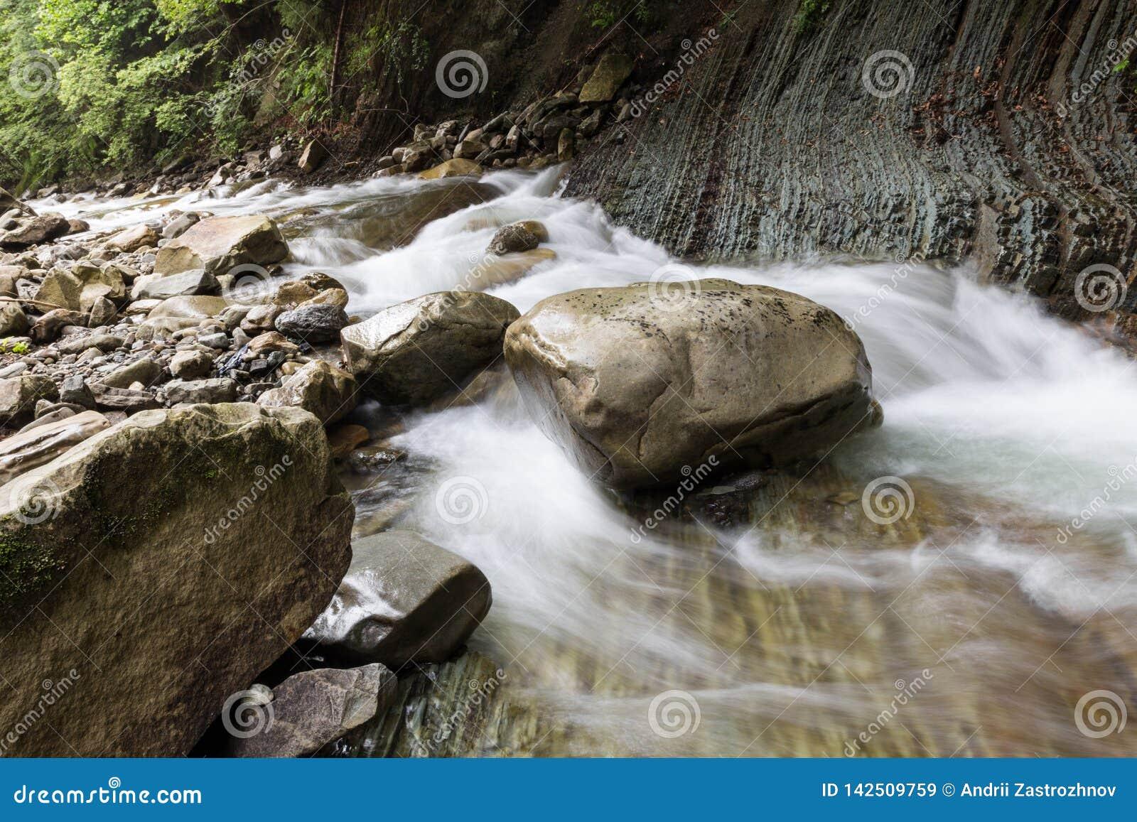 A pedra enorme que encontra-se no rio Água vibrante
