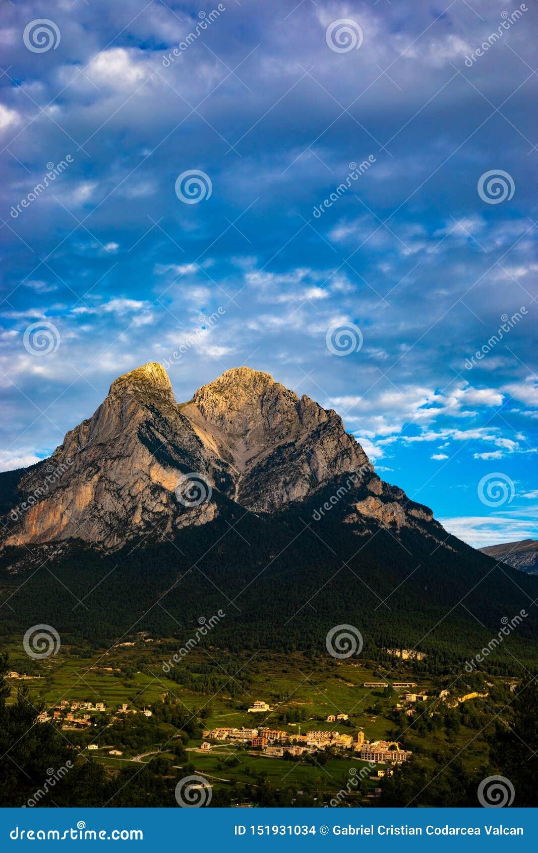 Pedraforca-mont am bewölkten Tag mit hochauflösenden Farben