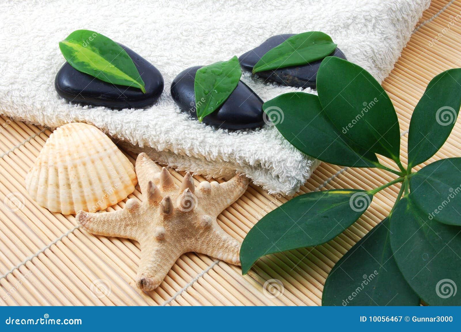 Pedras brancas de toalha e de zen de banho de Foldet