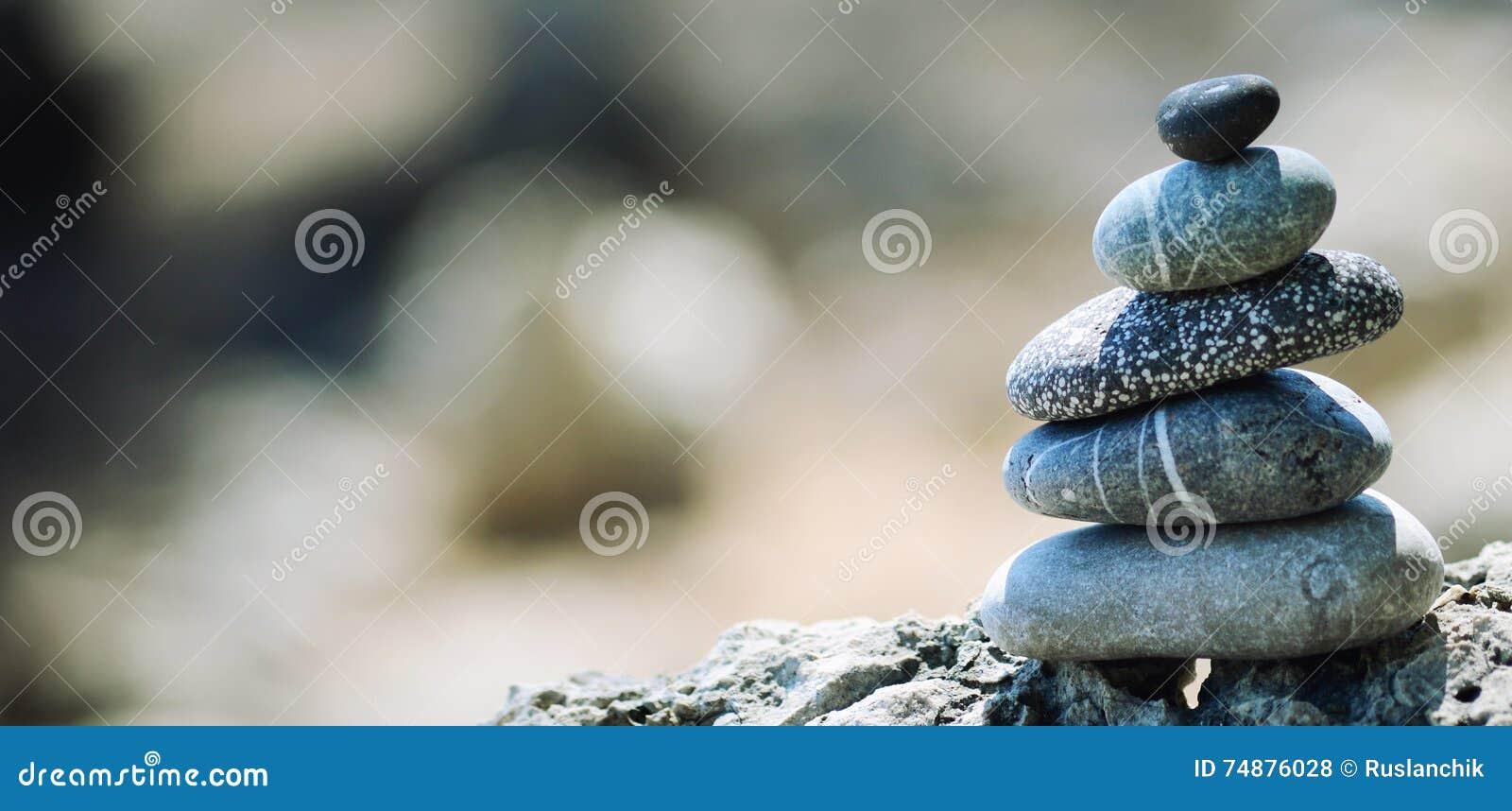 Pedras de equilíbrio do seixo