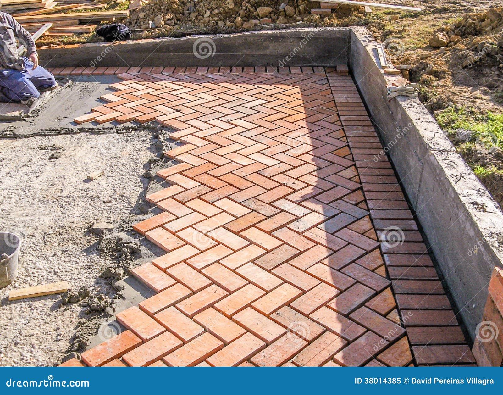 Pedras de pavimenta o do tijolo alaranjado no processo da for Fabricacion piscinas hormigon