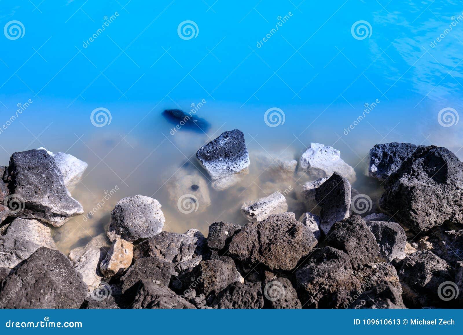 Pedras na lagoa azul famosa perto de reykjavik