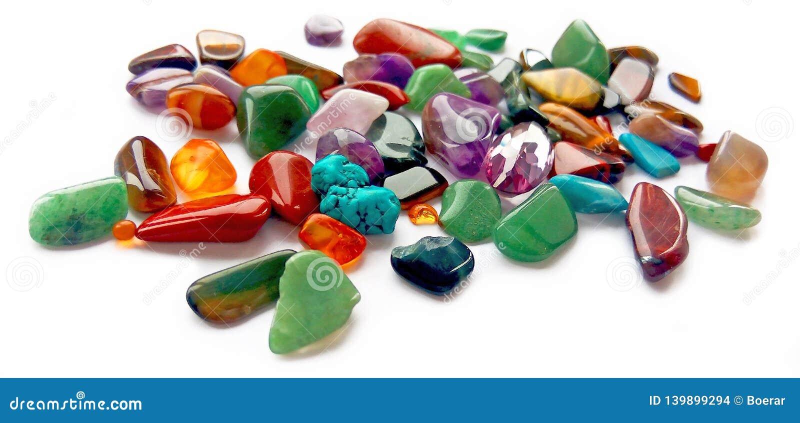 Pedras preciosas semi preciosas coloridas brilhantes naturais sortidos e gemas no fundo branco
