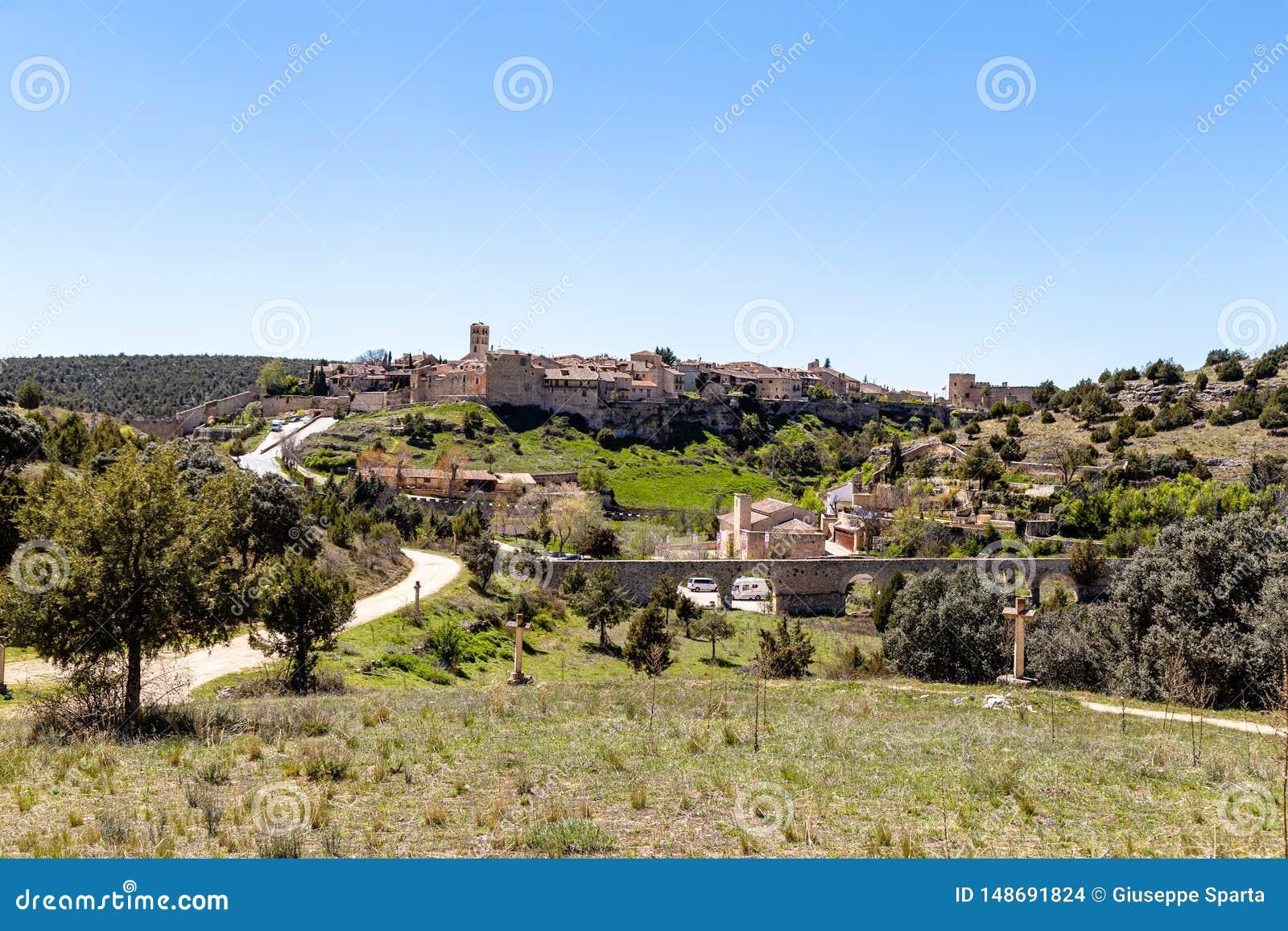 Pedraza, Castilla Y León, España: vista del pueblo de Pedraza de Ermita Nuestra Señora del Carrascal