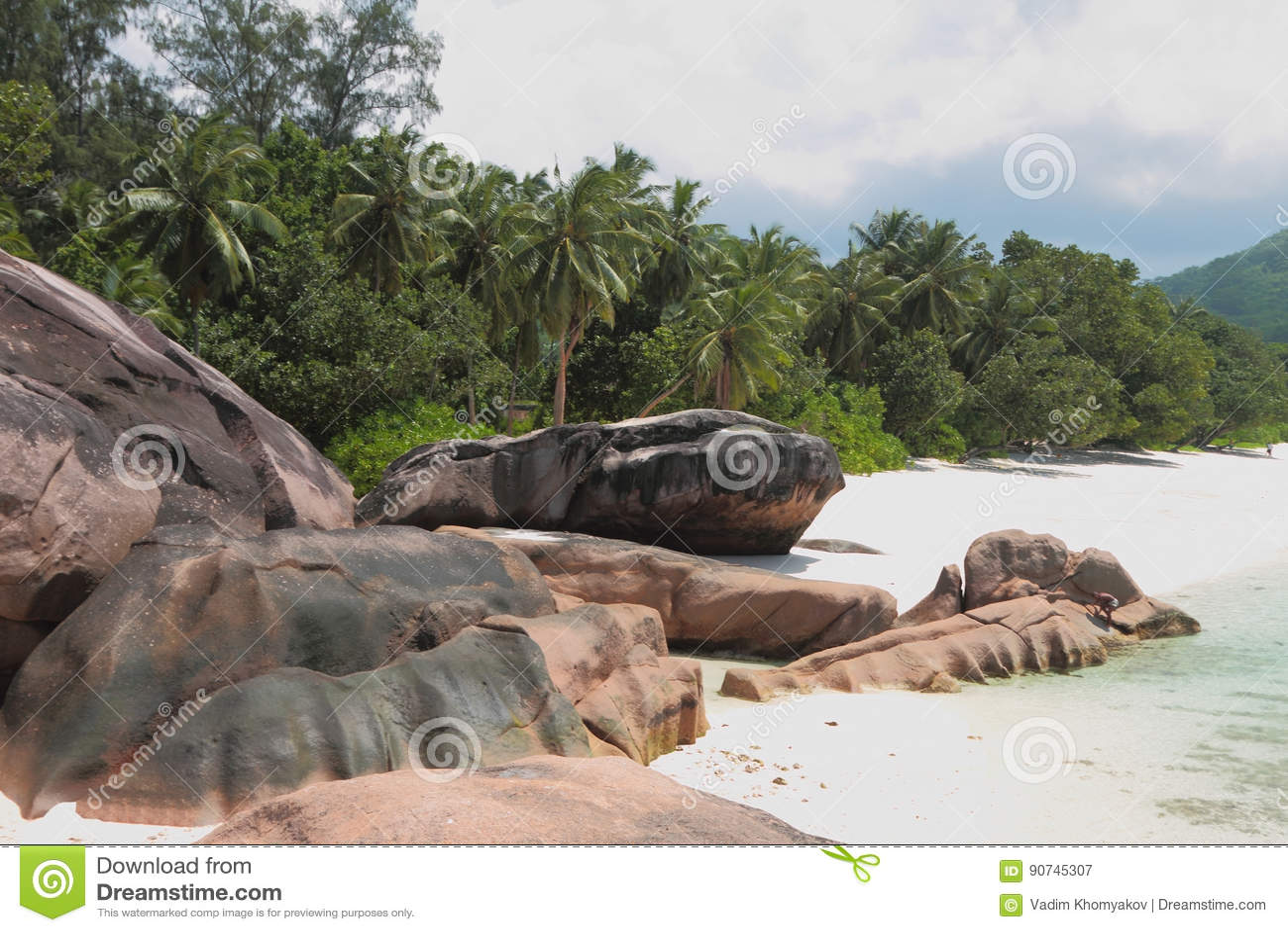 Pedregulhos do basalto no Sandy Beach Baie Lazare, Mahe, Seychelles