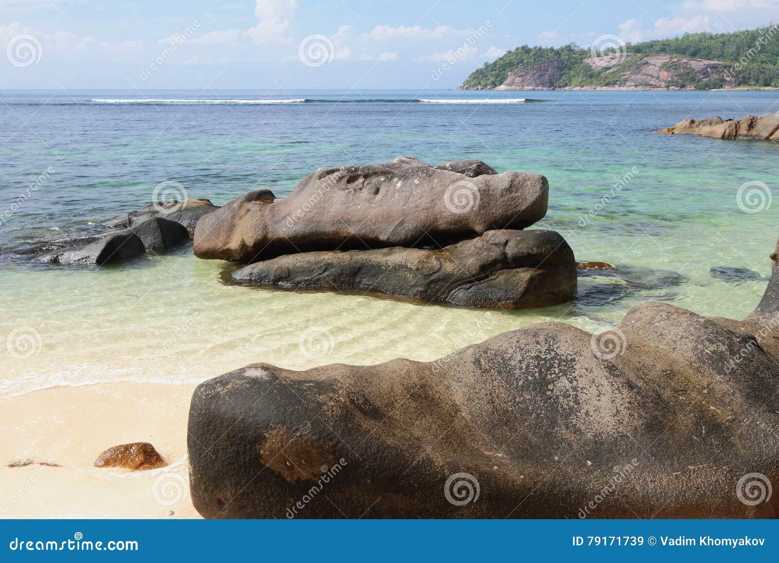 Pedregulhos no golfo Anse Islette da costa, porto Glod, Mahe, Seychelles