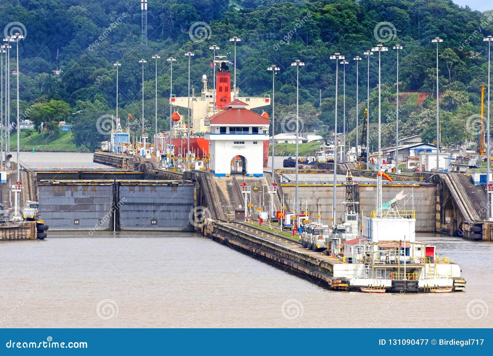Pedro Miguel Locks An Panamakanal Schiff Im Verschluss Panama Stockbild Bild Von Transport Industrie 131090477