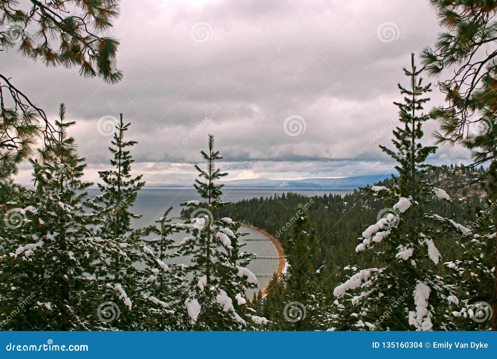 Peekaboomening van de Pijler van Tahoe van het Zuidenmeer van Ronde Heuvel