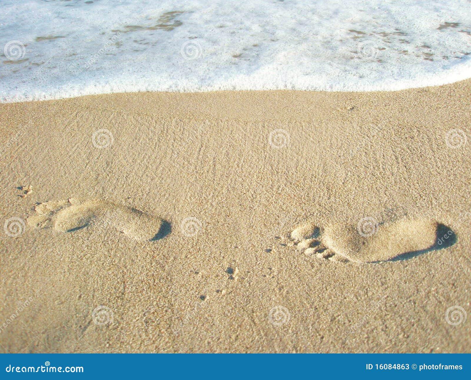 Pegadas sós na areia
