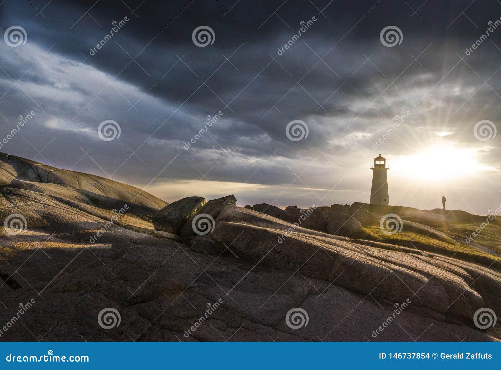 Peggys liten vik, Nova Scotia, fyr på solnedgången