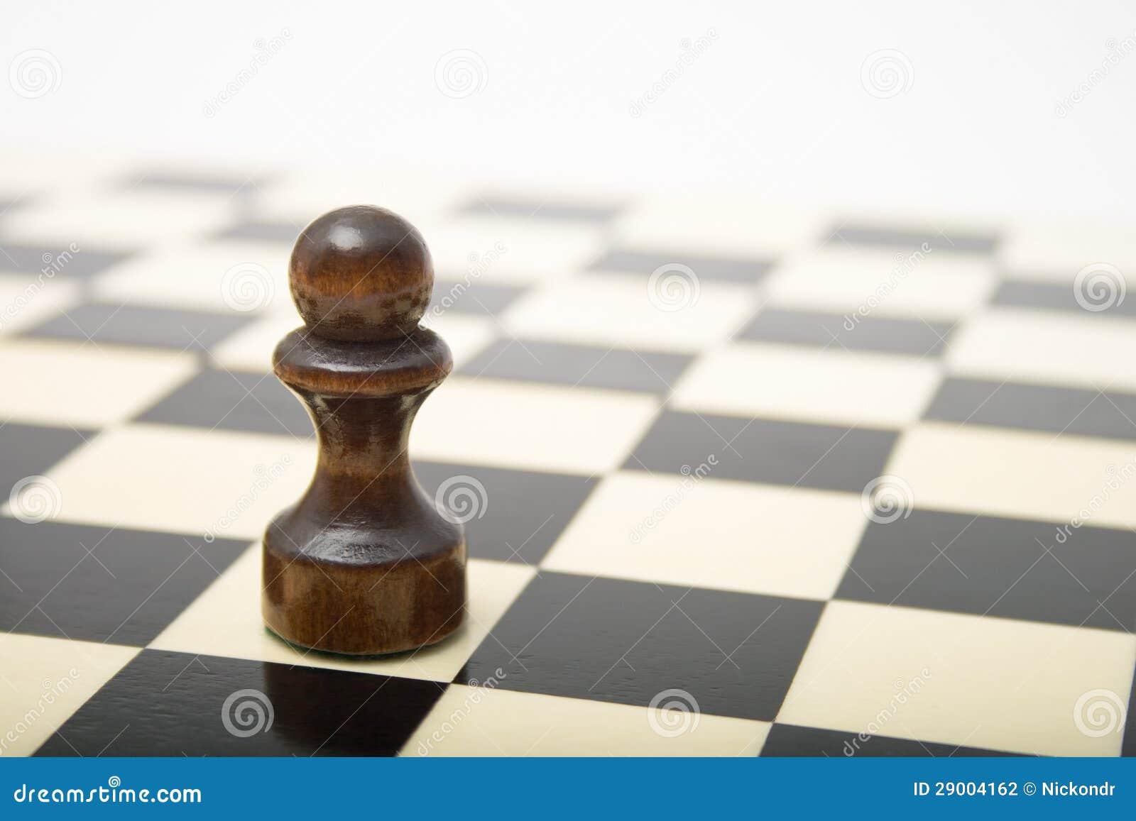 Pegno nero su una scacchiera