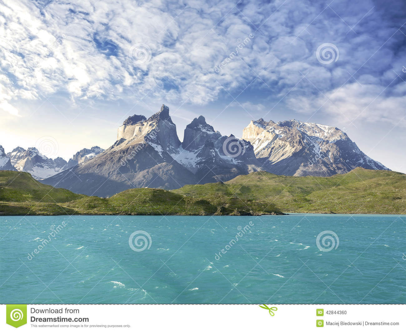 Pehoe mountain lake and Los Cuernos.
