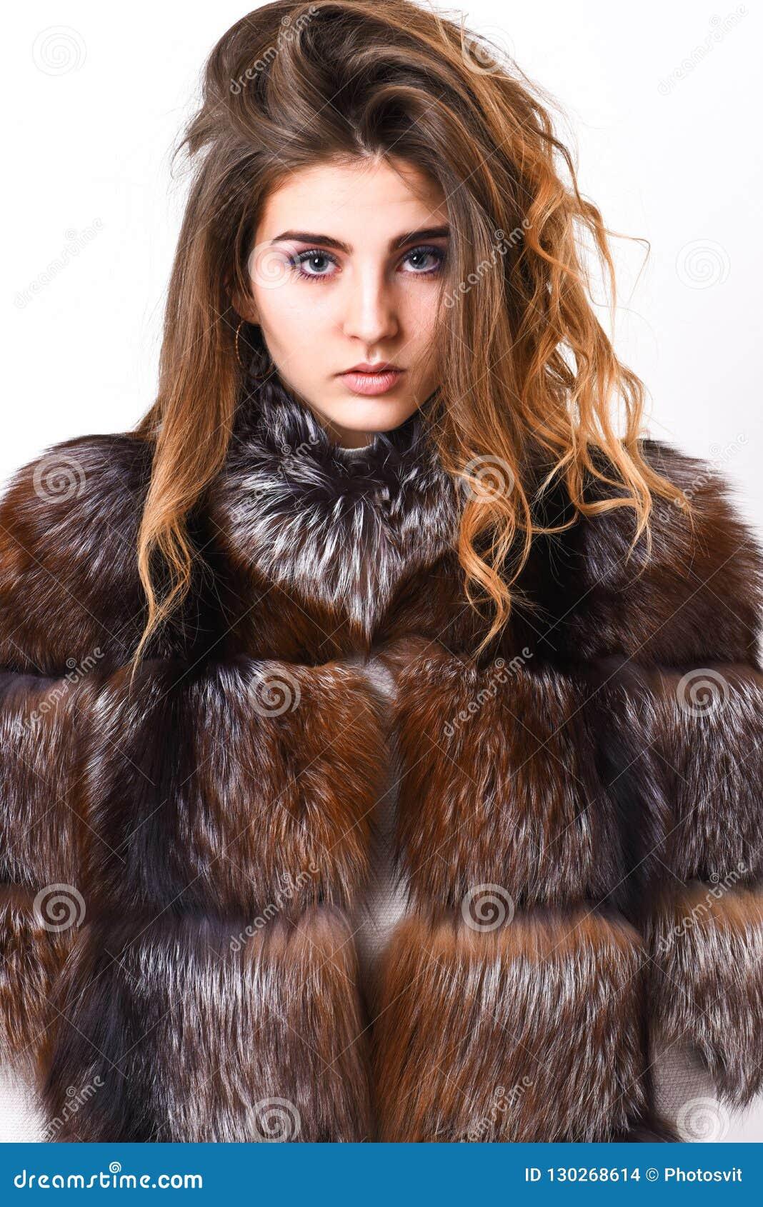 Peinado del volumen del pelo de la cara de la calma del maquillaje de la mujer Extremidades del cuidado del cabello del invierno