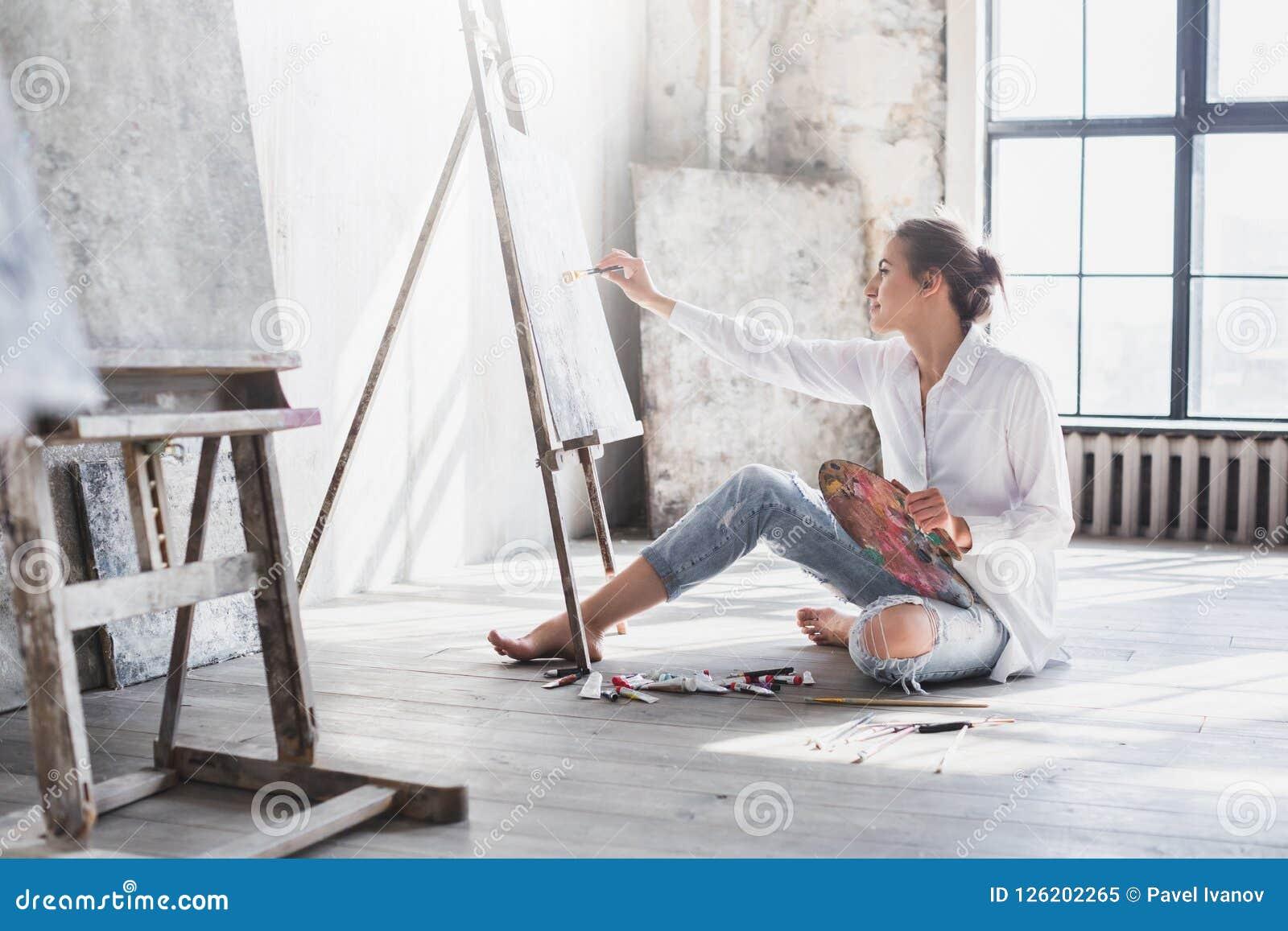Peintre de femme à l espace de travail