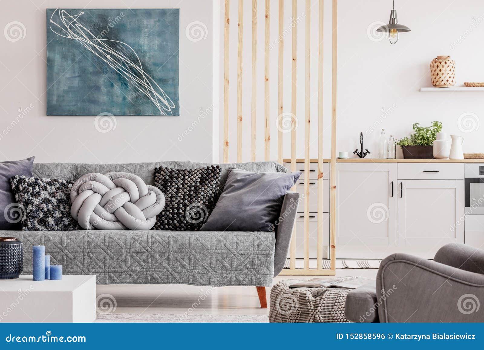 Peinture bleue abstraite sur le mur blanc vide de l appartement ouvert de plan