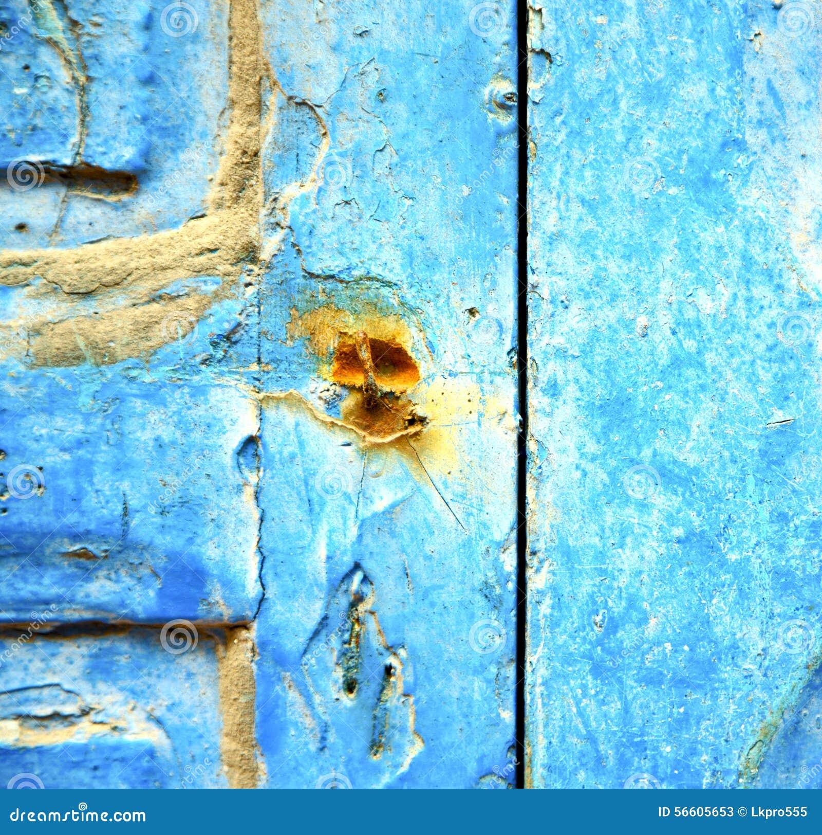 Peinture d pouill e dans la porte en bois bleue et le clou rouill photo stoc - Peinture porte en bois ...