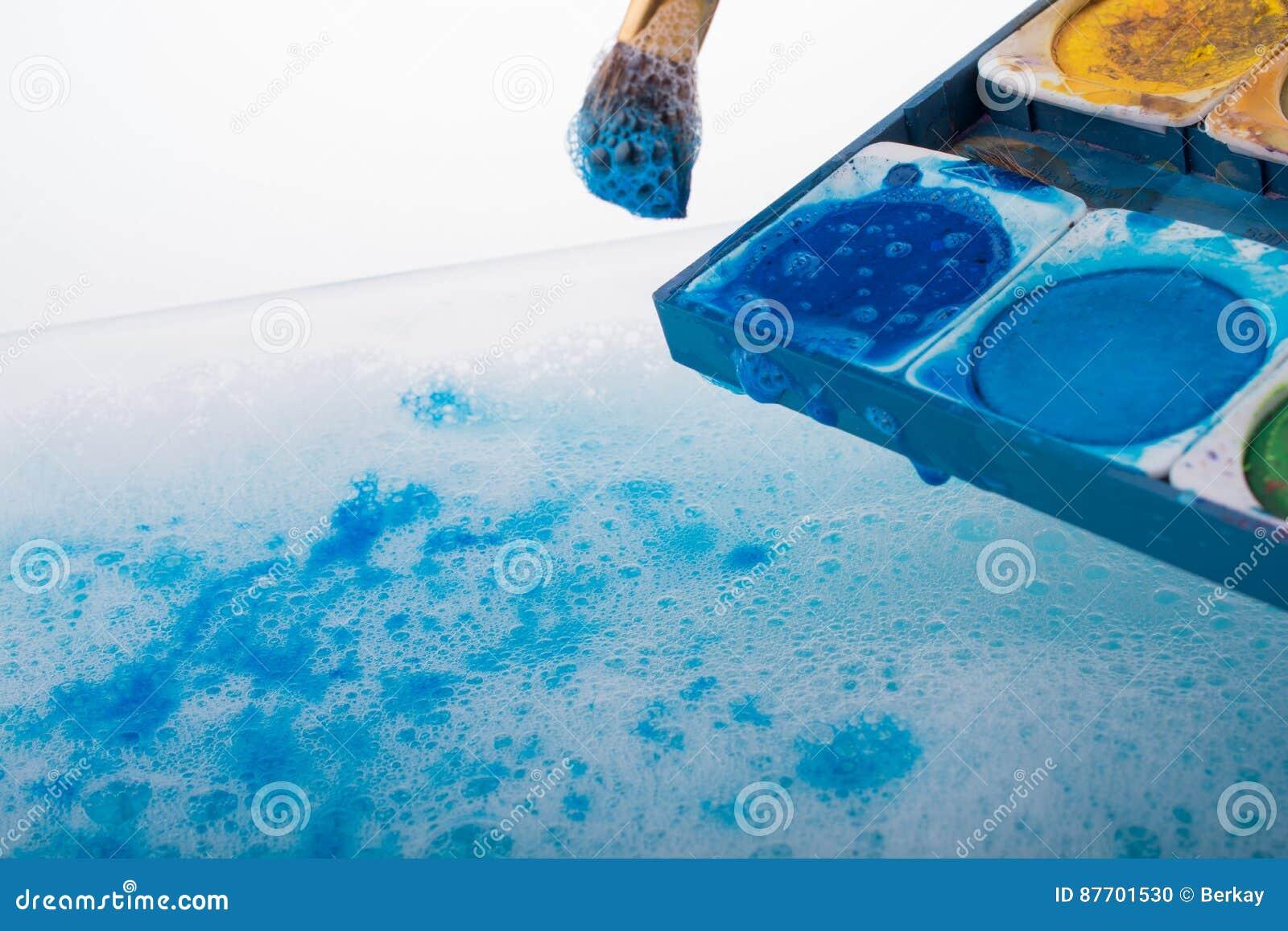 Peinture d aquarelle se dissolvant dans l eau