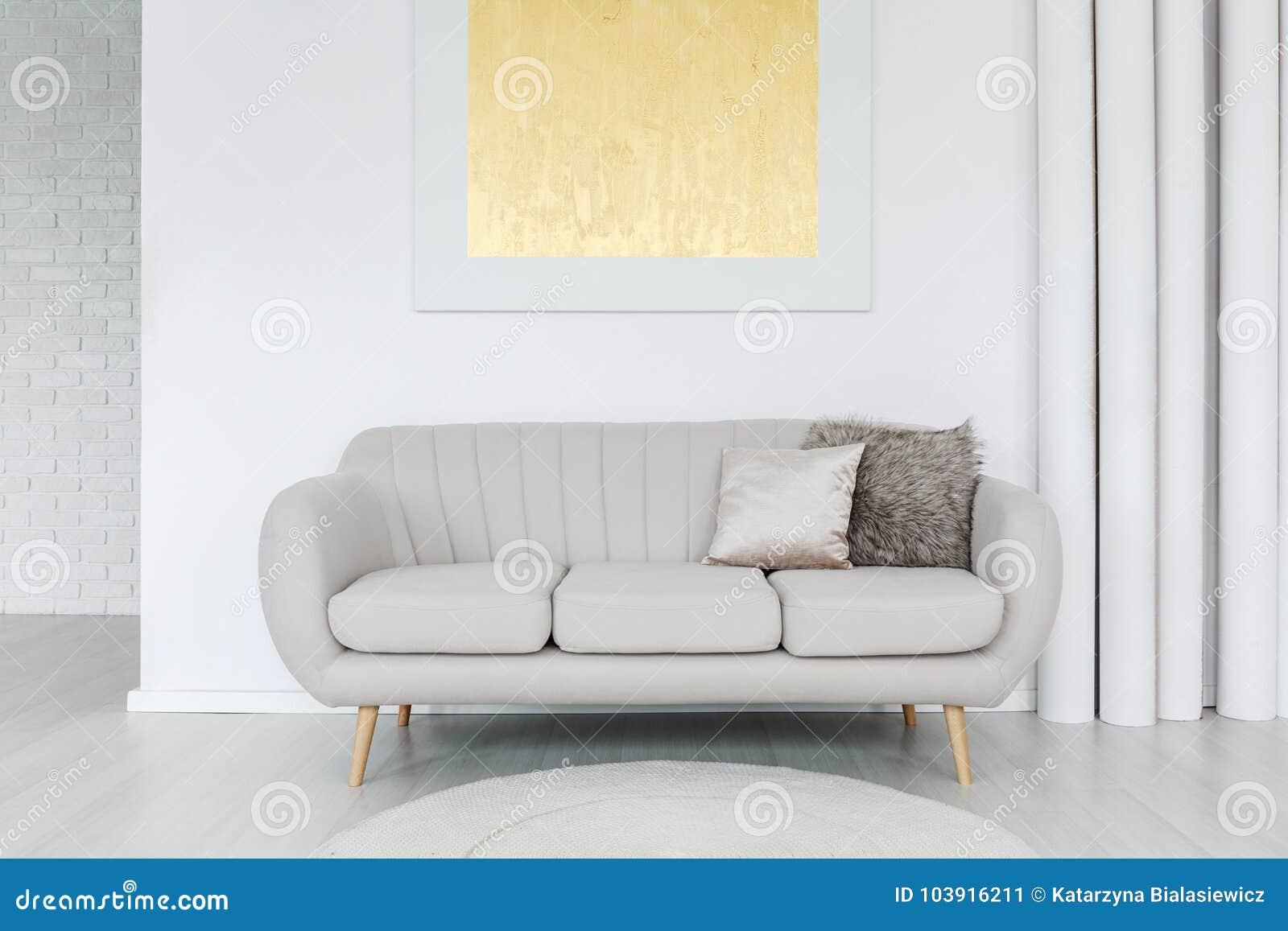 Peinture D Or Au Dessus De Sofa Gris Image Stock Image Du