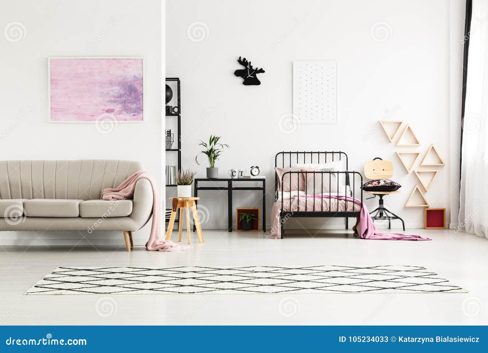 Peinture Dans La Chambre à Coucher Multifonctionnelle Du ` S ...