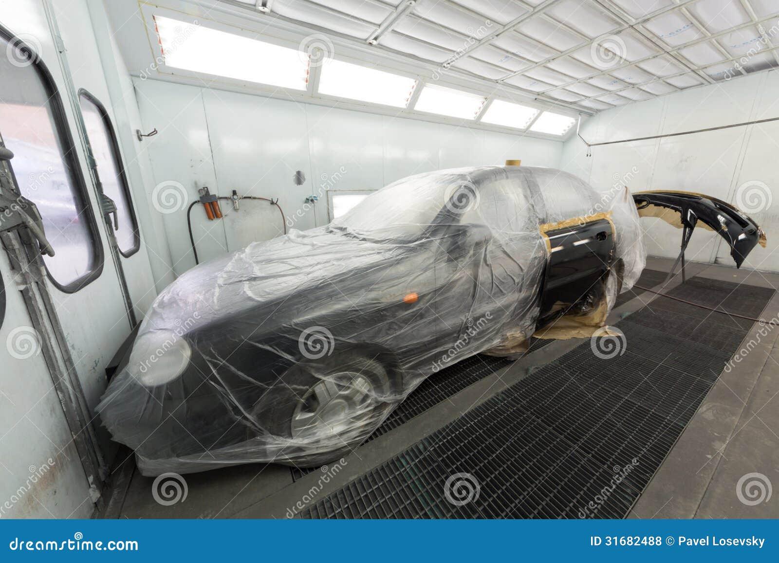 Peinture de la portière de voiture et du pare-chocs sur l atelier de carrosserie