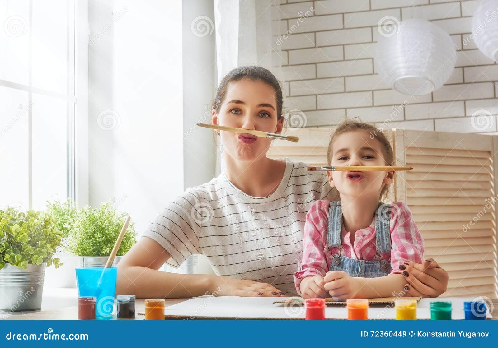 Peinture de mère et de fille