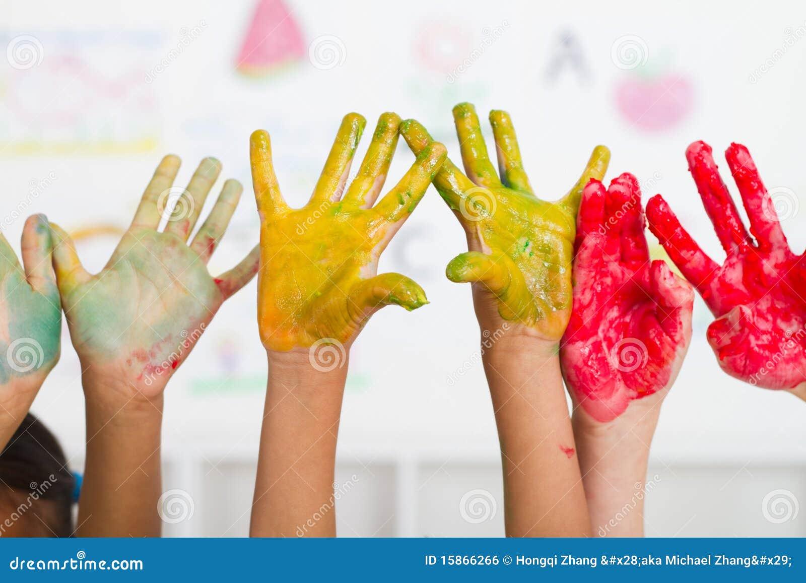 Peinture de mains de gosses