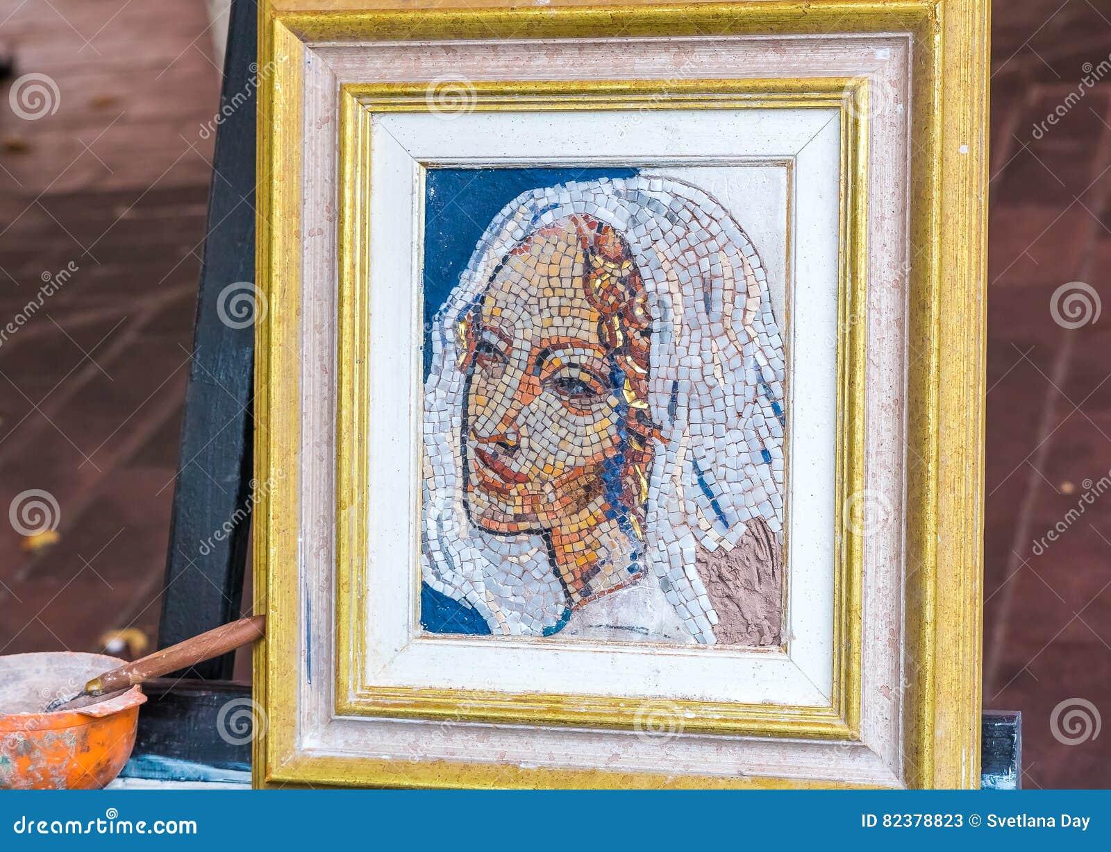 Peinture de mosaïque par un artiste de rue
