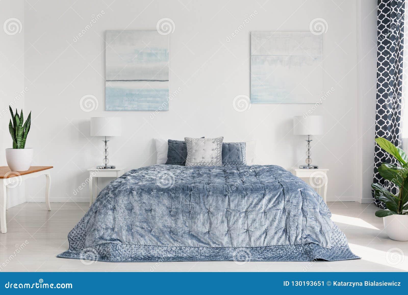 Peinture Deux Sur Le Mur De La Chambre à Coucher Lumineuse
