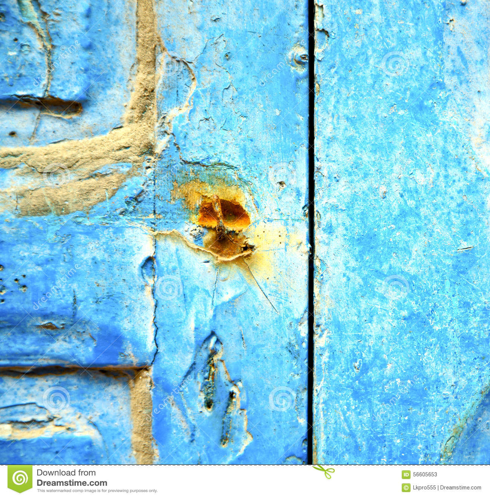 Peinture d pouill e dans la porte en bois bleue et le clou for Peinture contre la rouille
