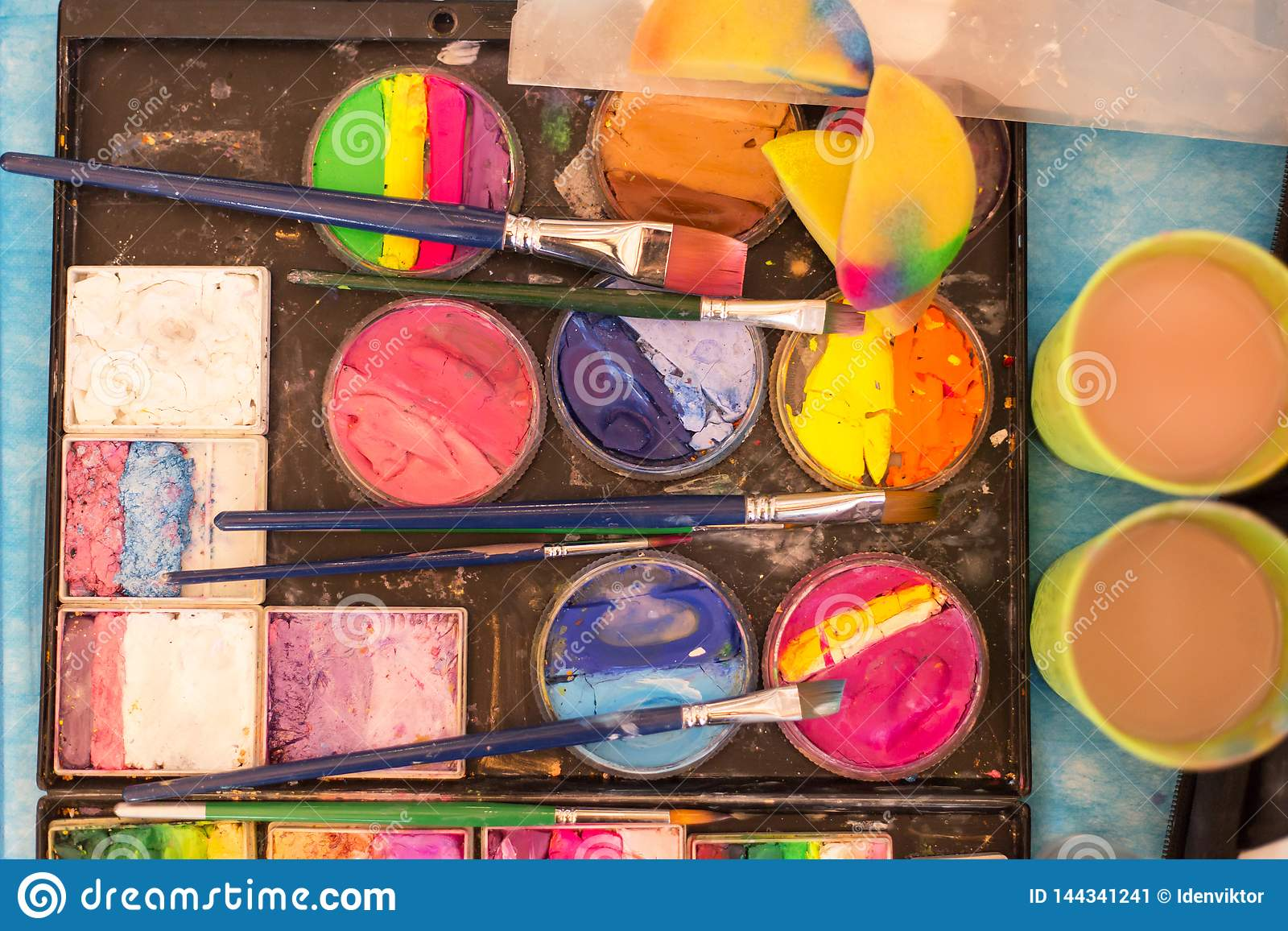 Peinture et brosses de couleur sur la palette Lieu de travail du ` s d artiste Dessin, créativité, art