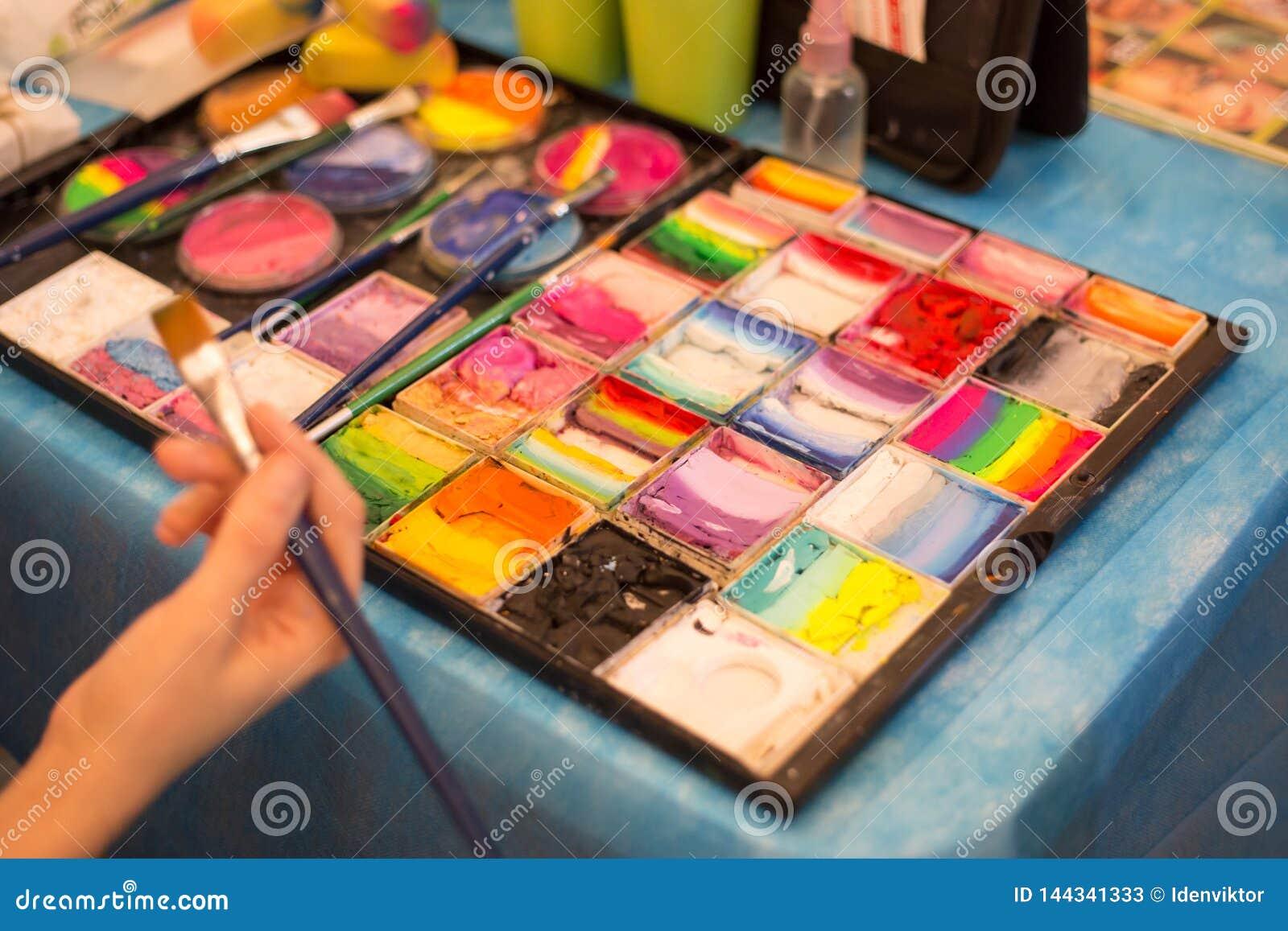 Peinture, palette et brosses de couleur sur le lieu de travail de l artiste Dessin, créativité, art