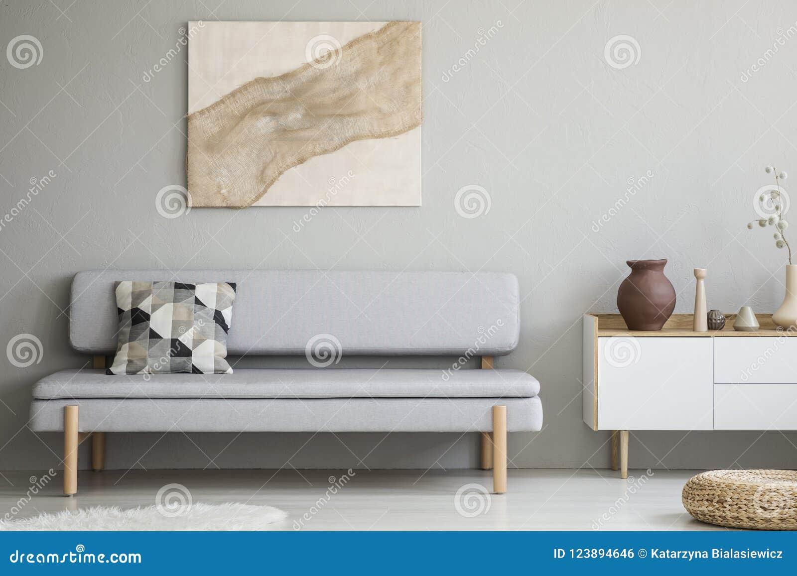 Peinture Sur Le Mur Gris Au Dessus Du Canapé Avec Le Coussin