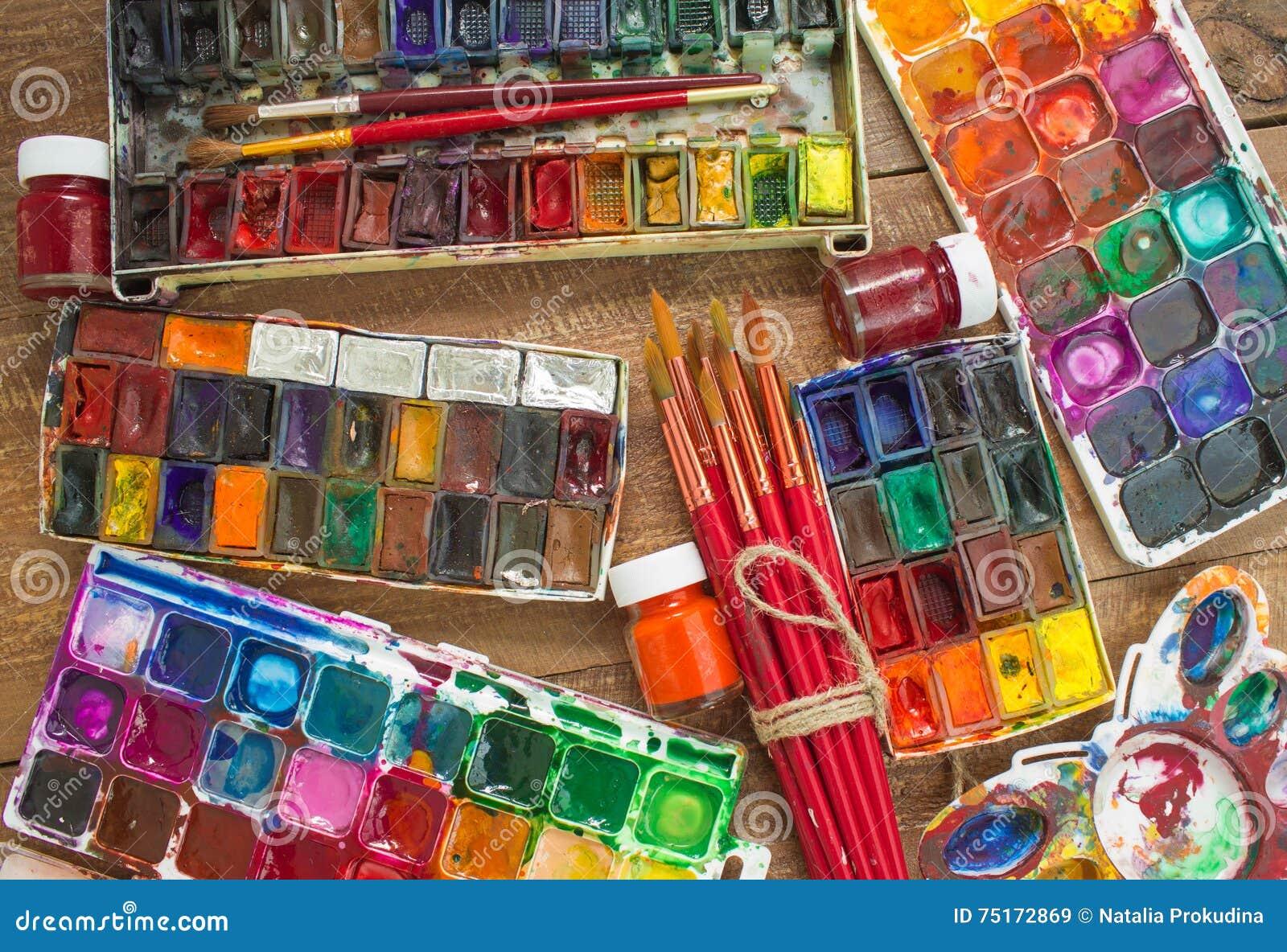 Peintures Brosses Et Palette D Aquarelle Sur Un Fond En Bois Image