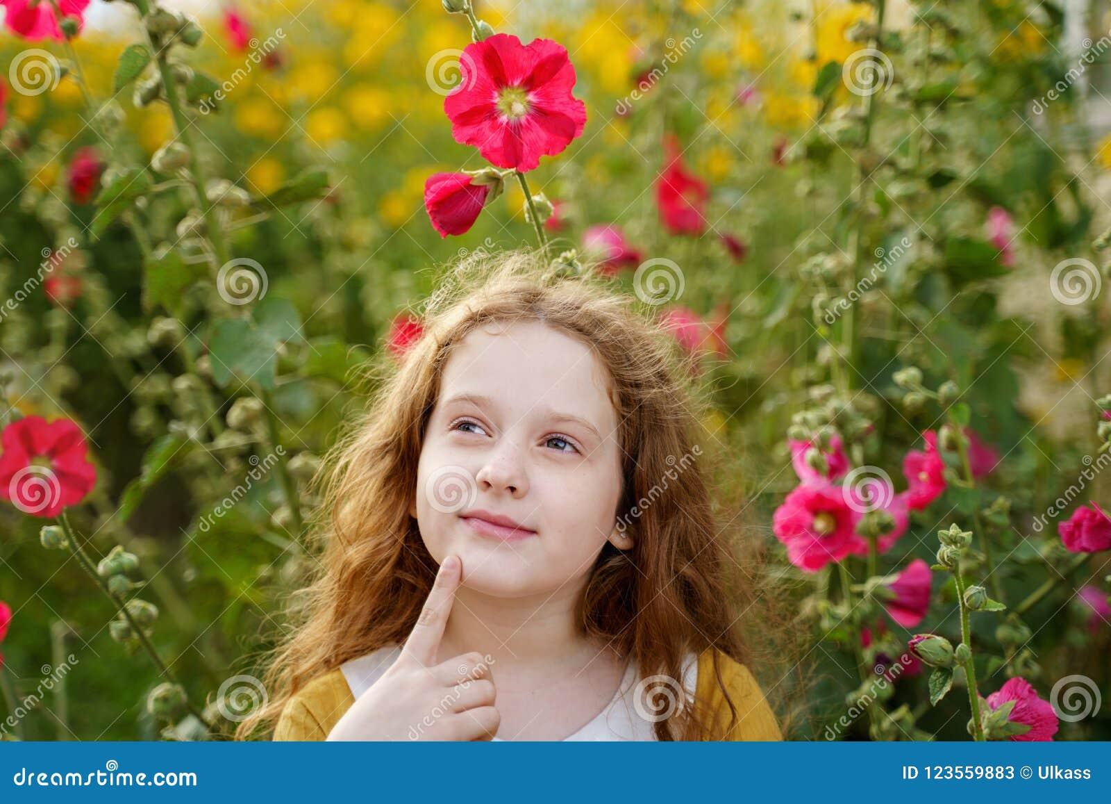 Peinzend meisje wat betreft kin met het denken uitdrukkingsgezicht